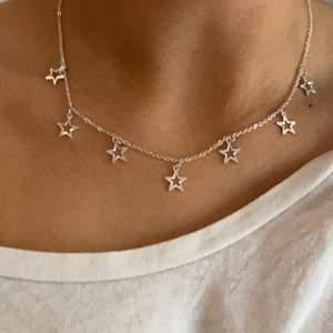 Gulligt halsband med stjärnor.
