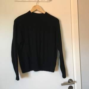 Svart stickad tröja från Monki. Stl XS. Bra skick. Frakt betalas av köparen.