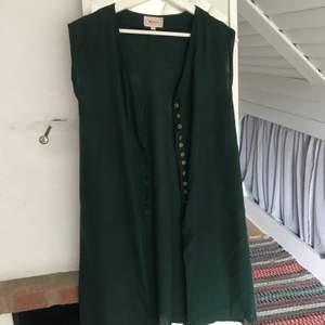 En slags långkofta från Indiska som passar utmärkt till klänningen jag också säljer. Den är i L men jag sydde om den så den passar XS/S. Du står själv för frakt. 😊
