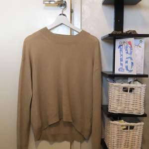 En beige långärmad tröja från & other Stories. Lite använd men inte så värst!