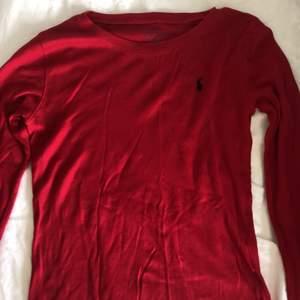 En jättfin röd långärmad tröja ifrån polo Ralph Lauren. Skulle säga att den passar en xs-s. Använd Max 3 ggr