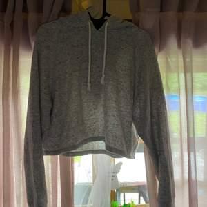 Det är en hoodie som Inter täcker naveln från H&M. Den är mest ljus grå men med mörk grå och vit i den. Inte använd. Den är i storlek M men en som har S kan lika gärna ha den. Frakten är inräknad i priset.