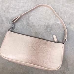 Superfin beige/rosa väska från en sida som heter shekou, extra tull behövdes betala och väntetiden (leveranstiden) låg på över 3 månader men tyvärr passade den inte mig ): hursomhelst, buda i kommentarerna! Helt nyköpt och oanvänd!!❤️ frakt tillkommer💞