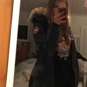 Säljer min mörkblåa Canada Goose jacka i modellen Victoria. Storlek Small, jackan är även väldigt figursydd och sitter mycket fint.  Har tyvärr inget kvitto pga tappat bort den är köpt för ett tag sen, använd 1 vinter. Nypris 9400kr säljer för 5000kr
