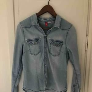 Ljus jeans-skjorta kanonsnyggt