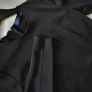 Svart überskön klänning från Ralph Lauren Polo  Klänningen är rak k formen och har små dragkedjor på armarna   Kan mötas upp i Huddinge, Älvsjö, Årsta, Globen & Västberga