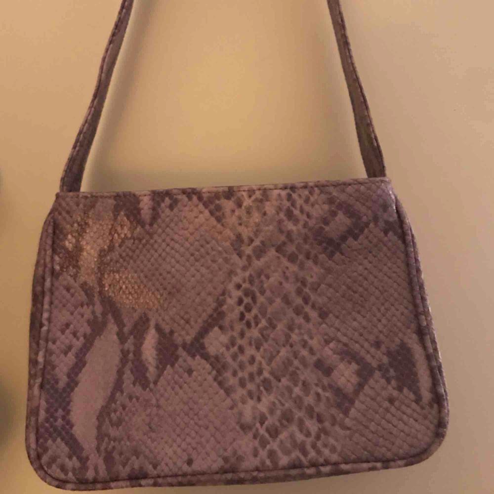 lila ormtryck väskor, ingen märke men i perfekt tillstånd! Jätte vackra och ser ut snygg med nästan allting . Väskor.