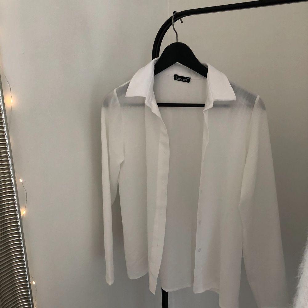 vit skjorta från boohoo, aldrig använd. Skjortor.