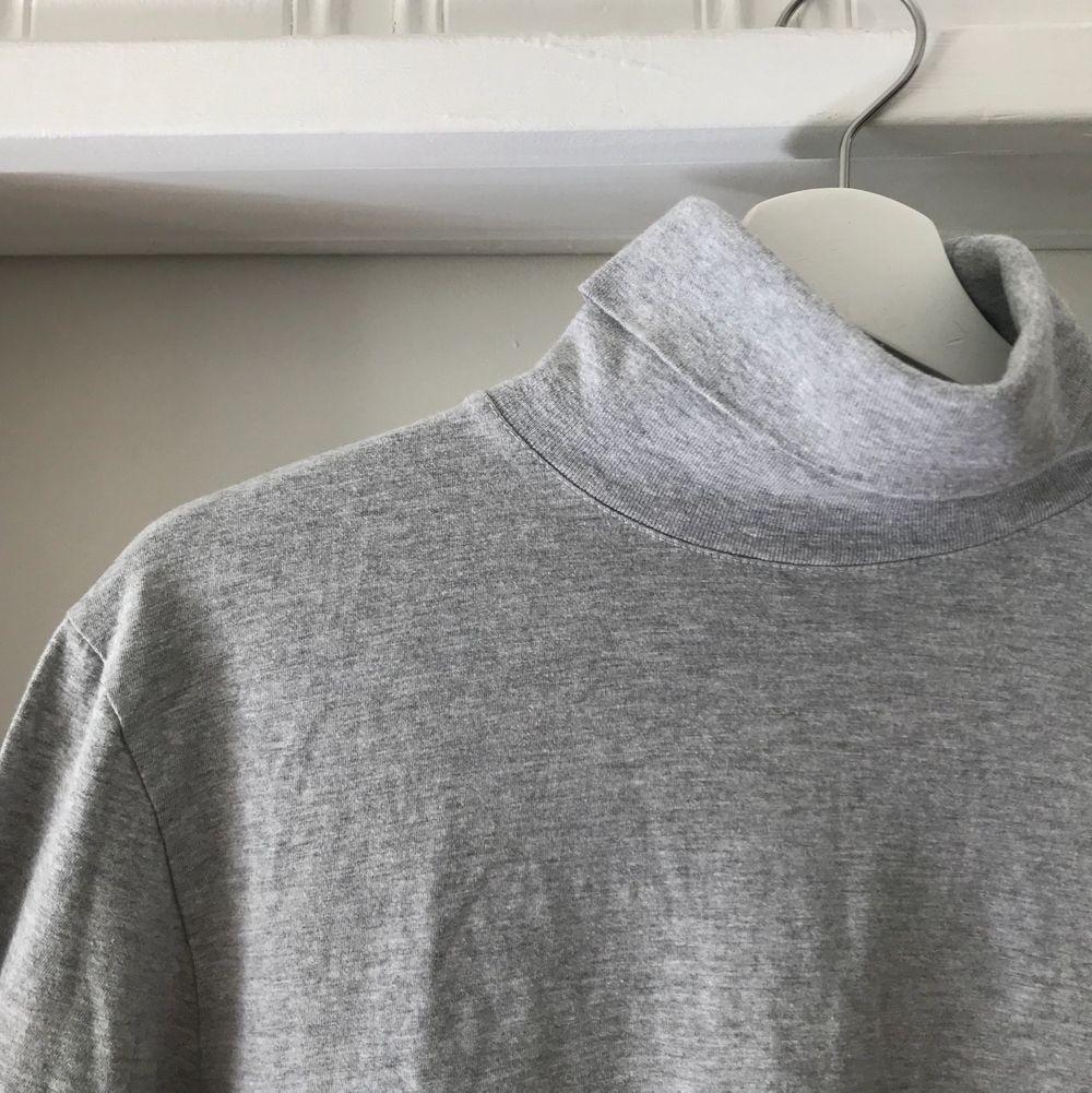 Grå polo i 100% bomull. Fint skick. Köparen står för frakten.. T-shirts.
