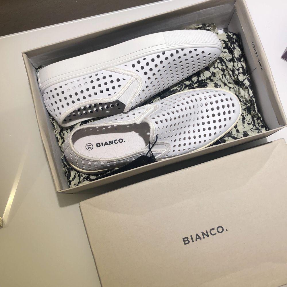 Säljer mina vita loafers helt oanvända från Bianco! . Skor.