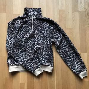 Skön tröja med hög krage. Den är säkert använd ca 2-3 ggr och har blivit en sån där tröja som man vill ha men aldrig har på sig så time to let go.