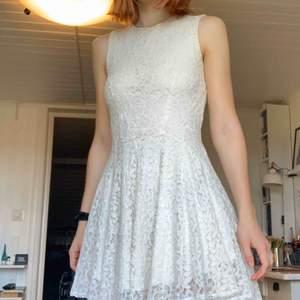 En super söt klänning med spets-tyg, använd max 3 gånger, jättefint skick!💛 Perfekt till sommaren eller skolavslutningen✨ Frakt tillkommer