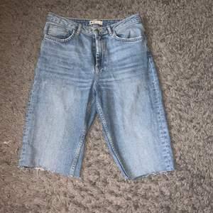 Ett par cykelbyxor i jeans material. Säljes pga för små för mig. Knappt använda.
