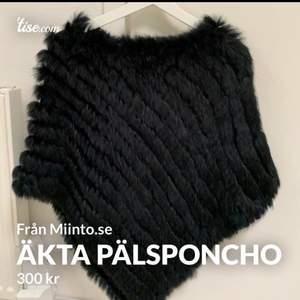 Superfin äkta pälsponcho köpt från Miinto.se, i super fint skick! Orginalpris 699! Storlek onesize. Frakt tillkommer och betalning sker via swish💓 Skicka ett meddelande om du har några frågor, vill diskutera pris eller om du vill ha fler bilder🤩🤩