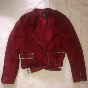 Röd, suede jacka från Zara. Sparsamt använd. Strl L. Kan mötas upp i Göteborg, annars står köparen för frakten.