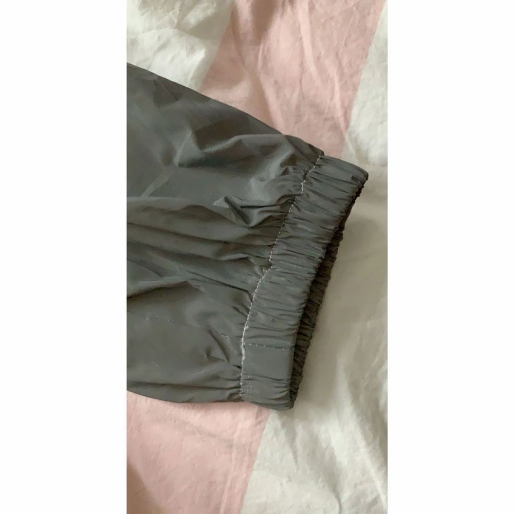 Reflective pants that glow in the dark.  Goes to the ankle and can fits a 34 / xs and 36 / s.  Nothing wrong.  Used once.. Jeans & Byxor.