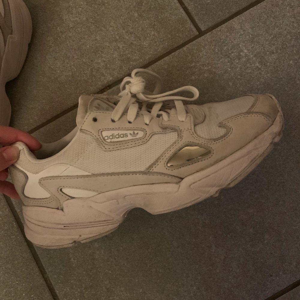 Adidas skor i modellen falcon, köpte för cirka 2 månader sedan. Storlek 40. (KOMMER TVÄTTA DEM INNAN DEM FRAKTAS). Skor.