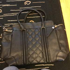 En svart väska