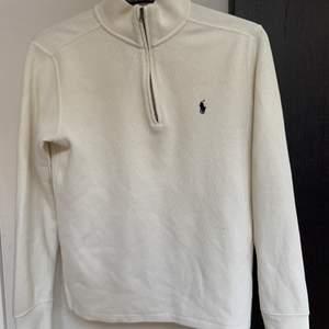 Jättefin tröja köpt i USA förra året, säljer p.g.a att den inte kommer till användning längre. Längd från hals och ner - ca 62 cm. Längd på armar - 60 cm. Säljer inte för mindre än 350 kr ink frakt!