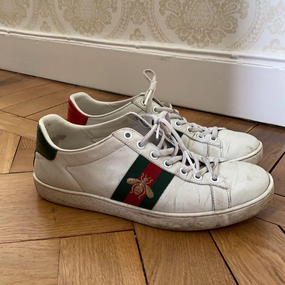 Säljer mina älskade Gucci Ace sneakers! Väl använda, men har fortfarande mycket kärlek kvar att ge. . Skor.