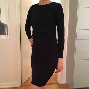 Svart långärmad klänning från Filippa K i storlek XS, kan dock även passa de som är S. Skön och mjuk kvalitet i tensel och ull. Mycket fint skick då den är använd endast ett fåtal gånger. Säljes pga den nu blivit för liten för mig..
