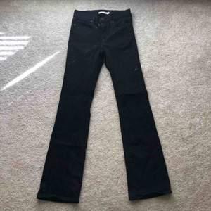svarta boothcut jeans. nyskick.  stretchiga och formar fint🥰