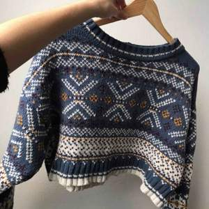 Säljer denna stickade cropped tröja från Urbanoutfitters. Den är väldigt fin, lite vid och chunky.