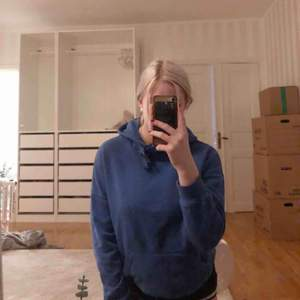 Jättefin tröja i blå/lila färg. Jätte skön och mysig!