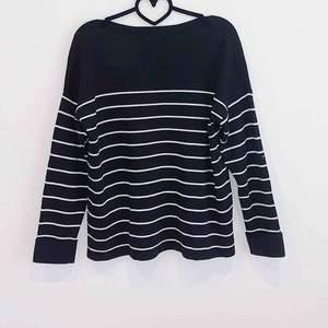 Stickad randig tröja i skönt material!💕  Stl M men passar även S #material #tröja #randig #höst #vinter