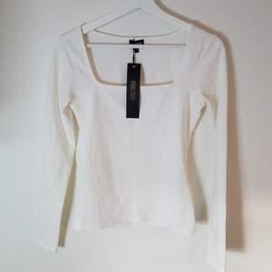 Säljer denna tröja från Bubbleroom då den är för stor för mig. Den är helt ny med prislapp. Nypris 249 kr.