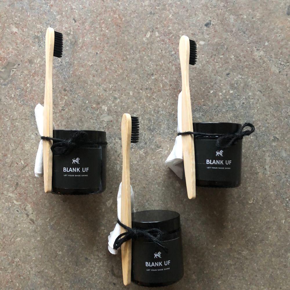 Hej mitt uf företag Blank säljer ett skorengöringskit för vita sneakers. Kitet innehåller ett miljövänligt medel, en bambuborste och en trasa som effektivt avlägsnar smutset. Via vår insta blank.uf kan du nu även vinna ett flak redbull ifall du köper produkten :). Skor.