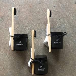 Hej mitt uf företag Blank säljer ett skorengöringskit för vita sneakers. Kitet innehåller ett miljövänligt medel, en bambuborste och en trasa som effektivt avlägsnar smutset. Via vår insta blank.uf kan du nu även vinna ett flak redbull ifall du köper produkten :)