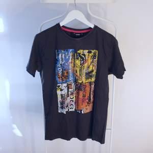 Go vintage T-shirt från Cover Streetwear i Gött skick! Storlek: SDirekt pris: 40kr, Skriv buden till mig privat eller kommentera på bilden!  Kan även mötas upp mellan Varberg & Göteborg Köpare står för frakten (Du bestämmer vilket paket så länge det uppfyller vikt och storleks kraven)