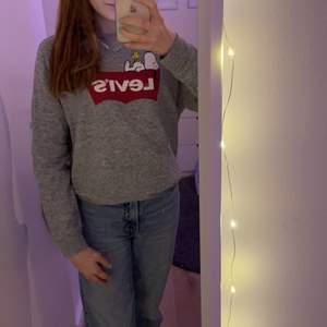 En såå fin Levis tröja me snobben på som jag har köpt i Leuca i Italien föra året. Kommer dock sälja den för använder den inte så mycket😊