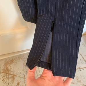 blå kostymbyxor med vita ränder och justerbar slits från H&M i storlek 36, endast testade