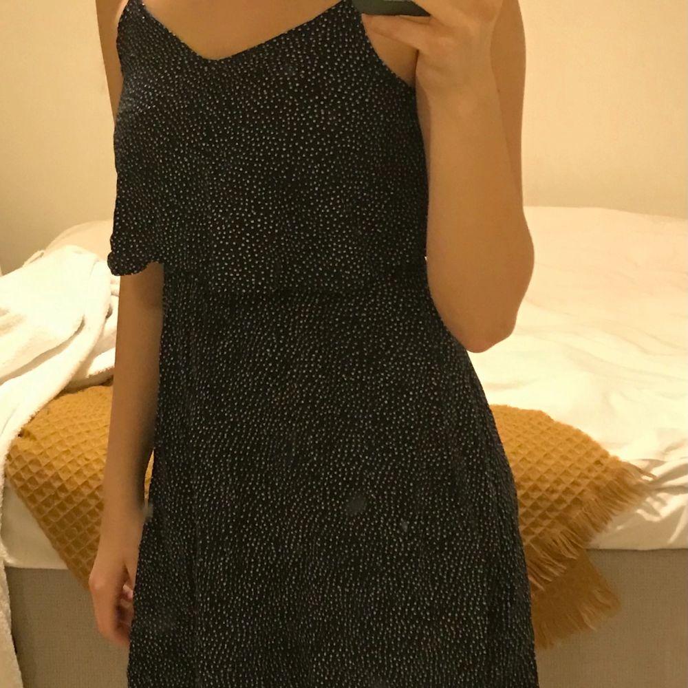 Urgullig prickig klänning som är jätte flowig och skön! Stretchig midja och med axelband som kan regleras. Lite V-ringad. Bra skick, säljer då den är för liten på mig. Kan mötas upp annars står köparen för frakt :)❤️. Klänningar.