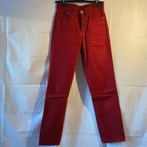 Jeans i vintage fit (sitter typ som momjeans), använda fåtal gånger.