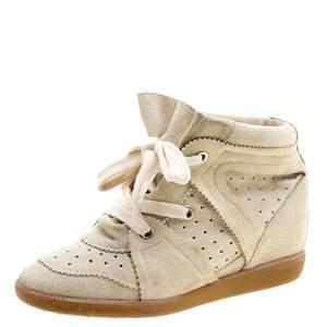 Säljer ett par Isabelle Marant skor i storlek 40, modellen är Bobby och färgen är beige. Använda men inte överdrivet slitna därav priset! Kan skicka egna bilder vid intresse!!😊