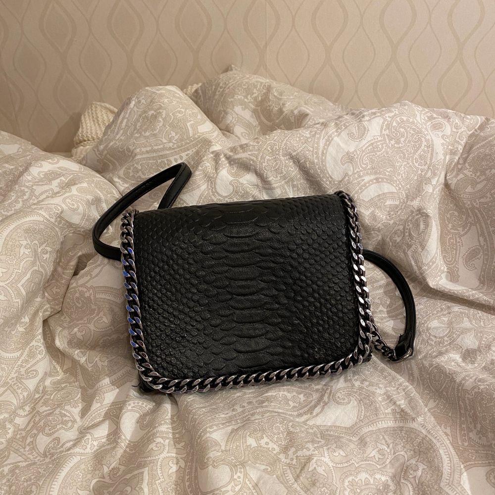 Jätte fin väska i fake läder med silverdetaljer . Väskor.