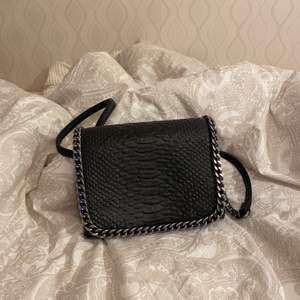 Jätte fin väska i fake läder med silverdetaljer