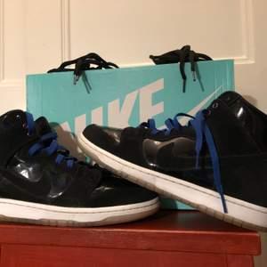 Tja, jag säljer ett par Nike Sb zoom dunk high pro's i cond 7.5/10 använda 5 gånger och de är köpta från hypestein man kan få en hypestein tote bag på köpet. Har ett par blåa och ett par svarta laces skriv om ni vill ha fler bilder eller frågor. Kan gå ner i pris vid snabb affär. Köpare står för frakt.
