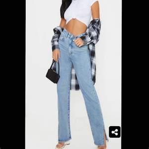 Intressekoll på mina skit snygga, slutsålda  jeans med slits från Pretty Litle Things, då jag är lite osäker på om jag verkligen gillar hur dem sitter på ✨MIG✨ Säljer endast vid bra pris, så buda i komentarerna! Start pris 150kr Stl 32/34 passar båda