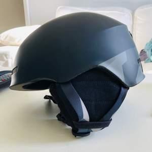 Skid eller snowboard hjälm. Använd fyra ggr. Kan frakta men står inte för frakt!🌸