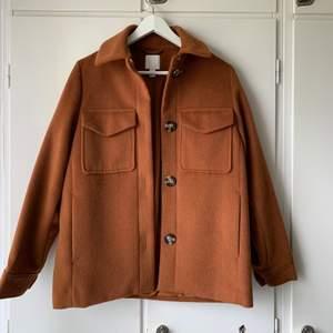 En lite brun orange kappa från hm i storlek xs, nyskick❣️vid yttligare frågor kontakta mig, köparen står för frakten😊 budgivning sker om det är fler intresserade❣️