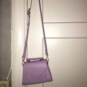 Ny och oanvänd väska. Jag köpte samma i två olika färger så jag väljer att sälja denna🌸 . Startbud: 100 kr + Frakt Ledande bud: 100 kr (+frakt)