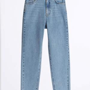 Mom jeans från Gina tricot. Endast använda 1 gång! 450kr inklusive frakt, kan tänka mig att sänka priset vid snabb affär. Storlek 36. Egna bilder kan fixas💗