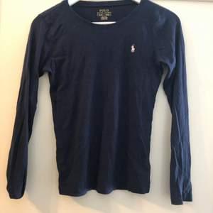 Långärmad marinblå t-Shirt, sparsamt använd, bra pris vid snabb affär! Storlek 170 (xs)