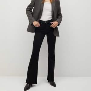 Bootcut jeans från Mango med slitningar längst ner som är använda 1 gång. De är stretchiga så passar nog en strl 38 också. Jag är 172 cm. Ny pris: 399kr. Frakten är inräknad i priset