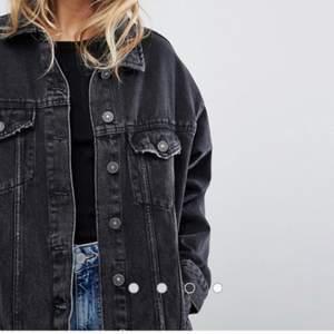 Skriv ett bud så kommer vi överens! Helt oanvänd jeans jacka från Bershka