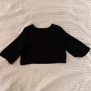 Svart kort tröja med trekvartsärmar från Bikbok i strl S. Fint material.